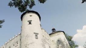 Middeleeuws kasteel op heuvel stock footage