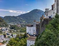 Middeleeuws Kasteel over stadsvallei in Salzburg Oostenrijk royalty-vrije stock fotografie