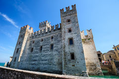Middeleeuws kasteel Scaliger in oude stad Sirmione op meer Lago Di Garda, noordelijk Italië stock afbeeldingen