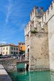 Middeleeuws kasteel Scaliger in oude stad Sirmione op meer Lago Di Garda, noordelijk Italië stock foto