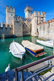Middeleeuws kasteel Scaliger in oude stad Sirmione op meer Lago Di Garda, noordelijk Italië stock fotografie