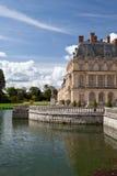 Middeleeuws koninklijk kasteel en meer dichtbij Parijs stock fotografie