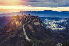 Middeleeuws landschap Oud bergdorp Italië stock foto's