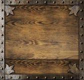Middeleeuws metaalkader over oude houten achtergrond stock foto