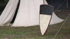Middeleeuws militair tentkampeerterrein Het middenleeftijdenkampeerterrein toont hoe de stammen om in het verleden gebruikten te  stock videobeelden
