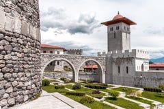 Middeleeuws paleis met torens, aquaducten en een park royalty-vrije stock afbeelding