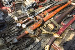 Middeleeuws pantser, zwaarden en chainmail Stock Afbeeldingen