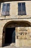 Middeleeuws steenhuis met fontein en houten vensters Een Paneira-Huis, Allariz, Orense, Spanje royalty-vrije stock fotografie
