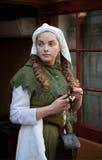 Middeleeuws stijlmeisje bij de straat van Tallinn royalty-vrije stock foto