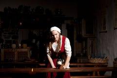 Middeleeuws stijlmeisje bij restorant van Tallinn royalty-vrije stock afbeelding