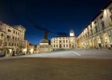 Middeleeuws vierkant in Arezzo (Toscanië) 's nachts royalty-vrije stock afbeeldingen