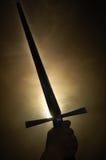 Middeleeuws zwaardsilhouet bij het backlighting stock fotografie