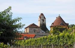 Middeleeuwse abdij onder wijngaarden in Durnstein Stock Fotografie