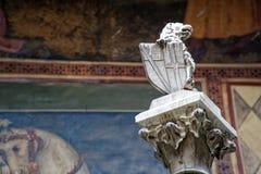 Middeleeuwse beeldhouwwerken op Muur, de verfraaide bouw met mythische schepselen royalty-vrije stock afbeelding