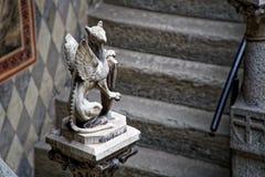Middeleeuwse beeldhouwwerken op Muur, de verfraaide bouw met mythische schepselen royalty-vrije stock fotografie