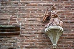 Middeleeuwse beeldhouwwerken op Muur, de verfraaide bouw met mythische schepselen royalty-vrije stock foto's