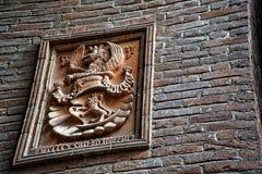Middeleeuwse beeldhouwwerken op Muur, de verfraaide bouw met mythische schepselen royalty-vrije stock afbeeldingen