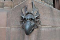 Middeleeuwse bronsdraak op een gotische kathedraal Stock Afbeelding