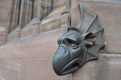 Middeleeuwse bronsdraak op een gotische kathedraal Stock Foto's
