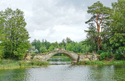 Middeleeuwse brug in het park in Gatchina Stock Fotografie