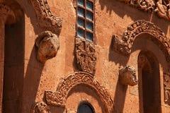 Middeleeuwse Christian Church-voorgevelmuur stock foto's