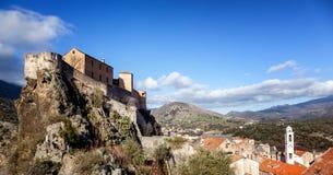 Middeleeuwse citadel in Corte, een stad in de bergen, Frankrijk, royalty-vrije stock foto's
