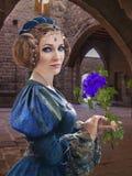 Middeleeuwse dame met bloem Stock Afbeelding