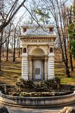 Middeleeuwse fontein in Carol Park , Boekarest, Roemenië stock afbeelding
