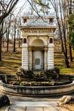 Middeleeuwse fontein in Carol Park , Boekarest, Roemenië stock foto