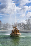 Middeleeuwse fontein met koninginstandbeeld Royalty-vrije Stock Foto's