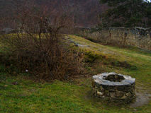 Middeleeuwse fontein in transilvaniakasteel Stock Foto