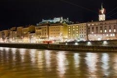 Middeleeuwse gebouwen bij nacht Salzburg oostenrijk stock afbeelding