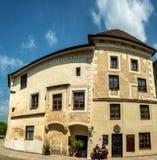 Middeleeuwse gebouwen rond vierkante Rathausplatz Melk, Lager Oostenrijk, Europa stock foto's