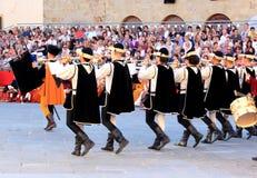 Middeleeuwse geklede muziekspelers, Sansepolcro, Italië Stock Afbeeldingen
