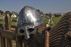 Middeleeuwse helm en kettingspost op de omheining Stock Foto