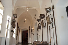 Middeleeuwse helmen, cuirass, zwaarden, pistolen en hellebaarden Stock Fotografie