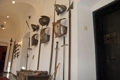 Middeleeuwse helmen, cuirass, zwaarden, pistolen en hellebaarden Royalty-vrije Stock Afbeeldingen