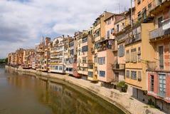 Middeleeuwse huizen langs de rivier Onyar - Girona Stock Afbeeldingen