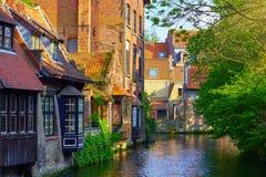 Middeleeuwse huizen over kanaal in Brugge België royalty-vrije stock afbeelding
