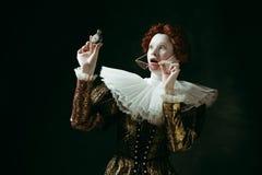 Middeleeuwse jonge vrouw als hertogin stock foto's
