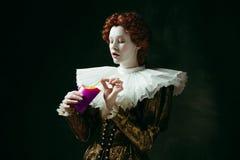 Middeleeuwse jonge vrouw als hertogin stock fotografie