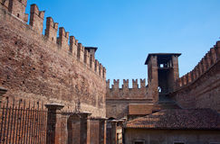 Middeleeuwse kasteelbinnenplaats stock foto's
