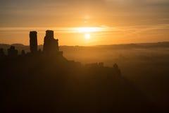 Middeleeuwse kasteelruïnes met mistig landschap bij zonsopgang royalty-vrije stock foto