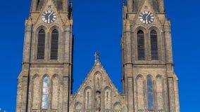 Middeleeuwse kathedraal van Heilige Ludmila timelapse in Praag in de Tsjechische republiek stock video