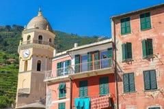 Middeleeuwse klokketoren met kleurrijke huizen in Cinque Terre royalty-vrije stock foto's