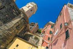 Middeleeuwse klokketoren met kleurrijke huizen in Cinque Terre royalty-vrije stock fotografie