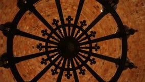Middeleeuwse kroonluchter stock videobeelden
