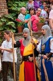 Middeleeuwse markt en toeristen bij het kasteel van Zemelen Stock Fotografie