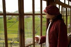 Middeleeuwse mensen op het venster stock foto's