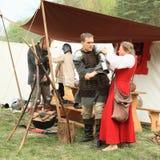 Middeleeuwse militairen die klaar voor slag worden Stock Afbeelding